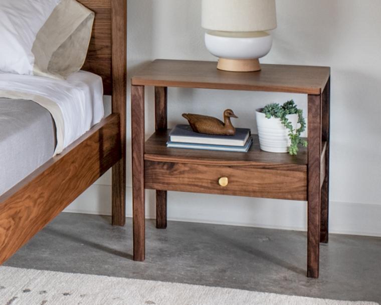 Maud nightstand in Eastern Walnut with brass knob